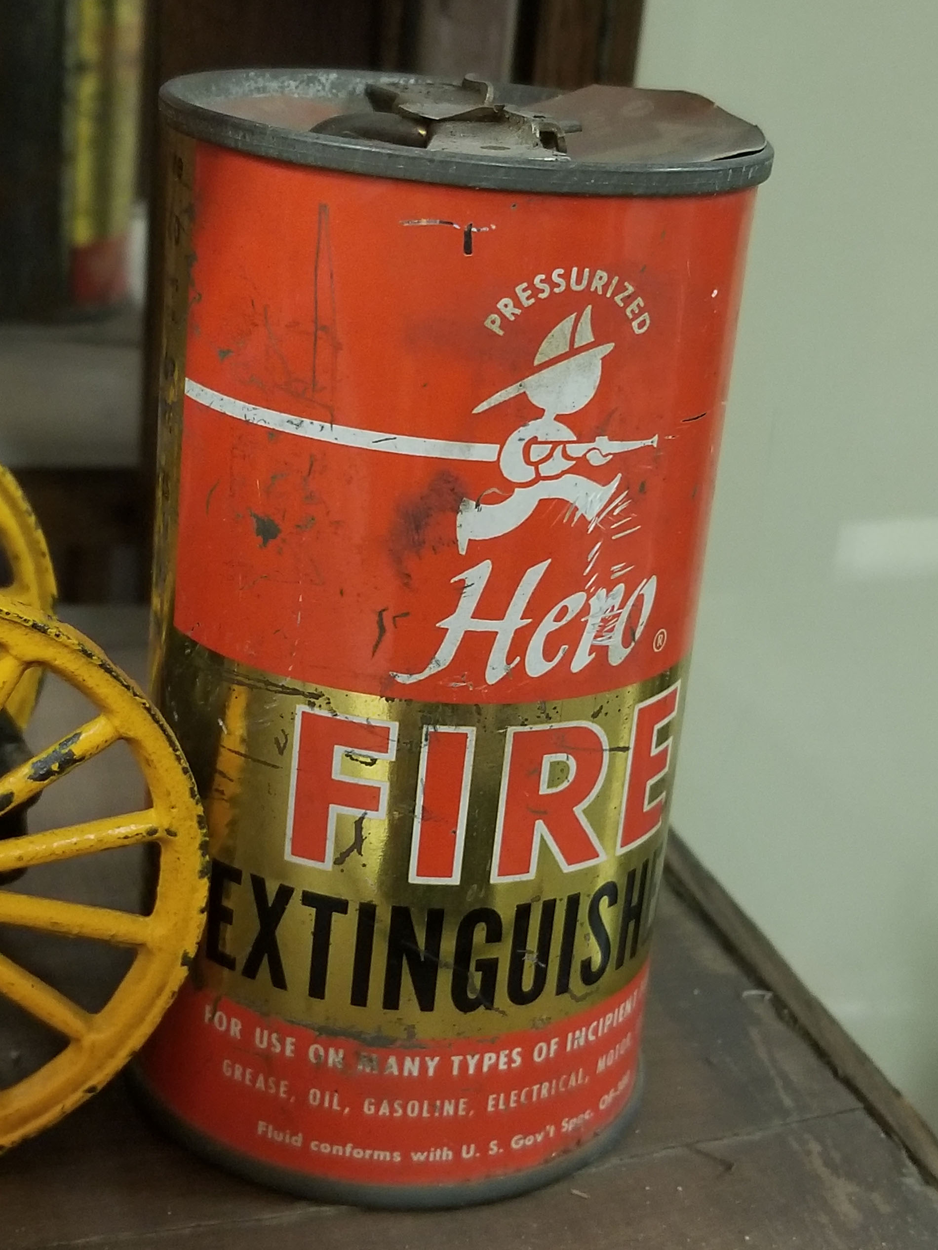 Pre-1950 fire extinguisher - Extincteur utilise avant les années 50