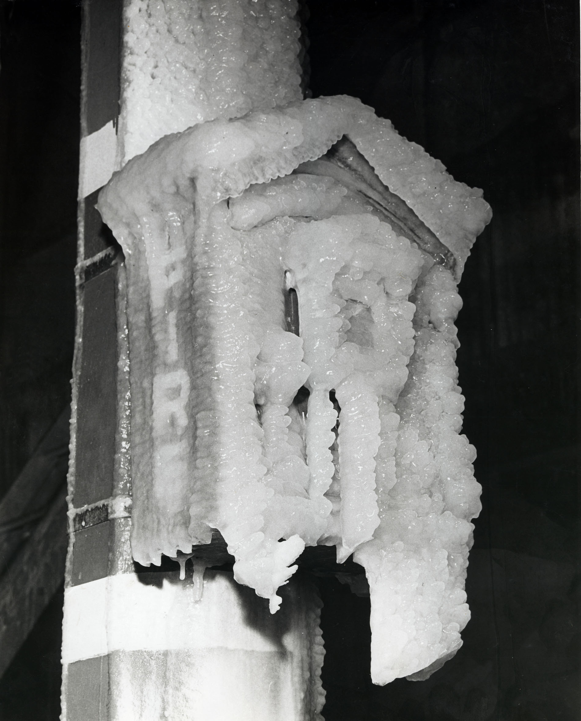 pole-mounted alarm box covered in ice - boite d_alarme montee sur un poteau recouvert de la glace